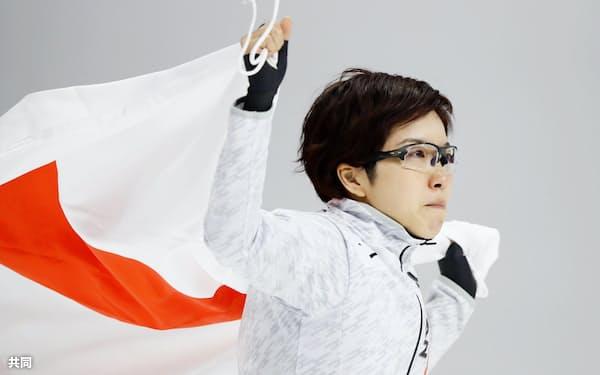 平昌冬季五輪のスピードスケート女子500メートルで金メダルを獲得し、日の丸を掲げる小平奈緒(18日、韓国・江陵)=共同