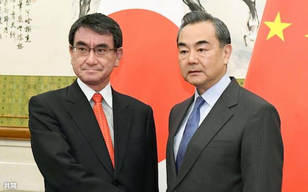 北京の釣魚台迎賓館で、会談前に握手する河野外相(左)と中国の王毅外相=28日(共同)