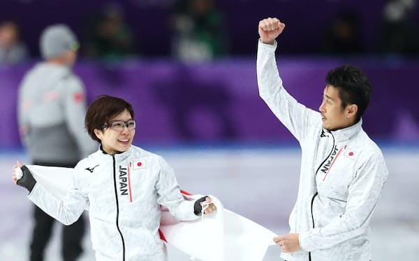 金メダルを獲得した小平(左)と結城コーチ=山本博文撮影