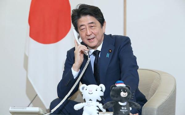 金メダルを獲得した小平奈緒選手にお祝いの電話をする安倍首相(19日午前、首相官邸)