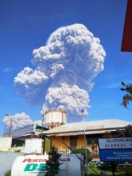 19日、噴火したインドネシア・スマトラ島北部のシナブン山=国家災害対策庁提供・共同