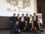 WiLの伊佐山元CEO(写真前段左から2人目)ら審査員とプレゼン大会に参加した6人=16日、東京・六本木