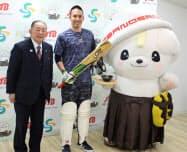 19日の会見にはプロ野球選手からクリケットに転身した木村昇吾氏(中央)も出席した(左は岡部正英佐野市長)
