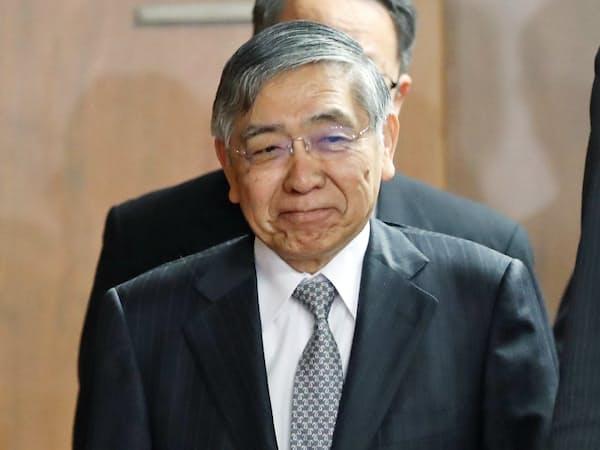 衆院財務金融委への出席を終え、国会を出る日銀の黒田総裁(16日)