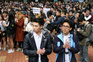 香港バプテスト大学では中国の標準語である「普通話」の必修科目化に反対した学生2人(中央)への支持が広がる(1月26日、停学処分への抗議集会)