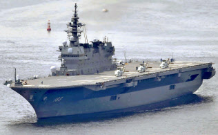 F35B戦闘機(上)を海自のヘリ搭載型護衛艦「いずも」(下)で運用する構想が浮かぶ=共同
