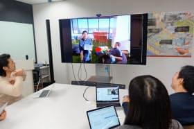 シリコンバレーのメンバーとテレビ会議で議論する(東京・新宿のSOMPOデジタルラボ)