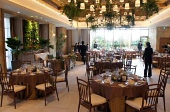 緑を多く配置して落ち着いた雰囲気を演出する宴会場(広島市内のホテルに完成した結婚式場「ラグナヴェール広島」)
