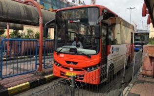 「メトロミニ」の後継の新型ミニバスはエアコン完備で快適だ(ジャカルタ南部のバス停)