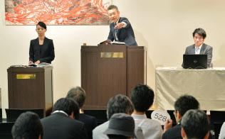 オークション参加者は自分の番号が書かれたパドルをオークショニアに示して入札する(東京区江東区のマレットジャパン)=写真 塩田信義