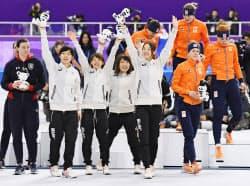 スピードスケート女子団体追い抜きで金メダルを獲得し、歓声に応える(左から)高木美、高木菜、佐藤、菊池。右側は2位のオランダ(21日、江陵)=共同