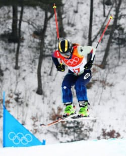 女子スキークロス シーディングランで滑走する梅原玲奈(22日、平昌)=共同