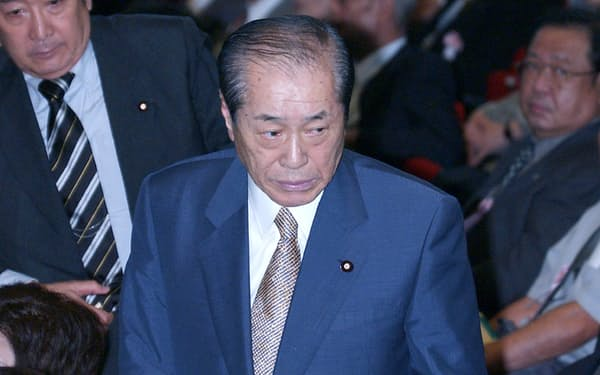 自民党総裁選の演説会で席を立つ野中氏(2003年9月、自民党本部)