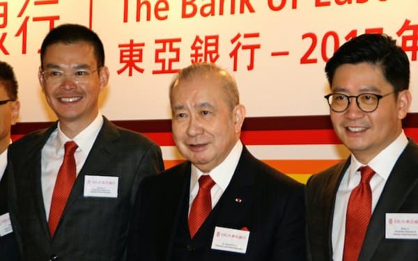 東亜銀行の李国宝会長兼CEO(中央)