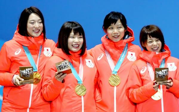 団体追い抜きの金メダルを受け取り笑顔の(右から)高木菜、高木美、佐藤、菊池=上間孝司撮影