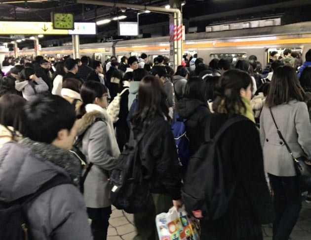 TDRの閉園と退勤時間が重なり混雑するJR舞浜駅ホーム