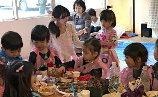 汚れを気にせず粘土や絵の具で制作に取り組む子どもたち(PAPAMOのアートプログラム)