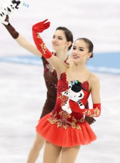 平昌五輪金メダルのザギトワ(手前)と銀メダルのメドベージェワ