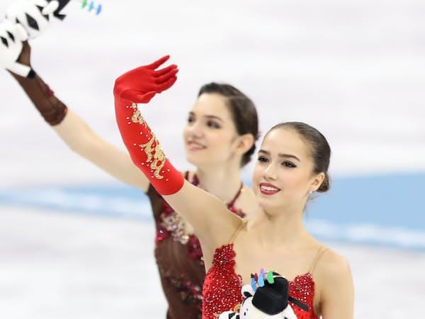 観客の声援に応える金メダルのザギトワ(手前)と銀メダルのメドベージェワ=上間孝司撮影