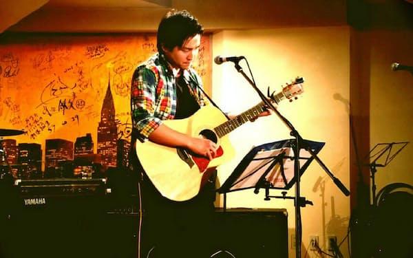 ライブ喫茶「照和」では今も若手ミュージシャンによるライブが開かれている。壁面には出身ミュージシャンらによるサインも。(福岡市中央区)