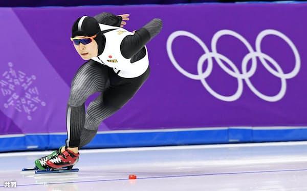 男子1000メートルで滑走する小田卓朗(23日、江陵)=共同