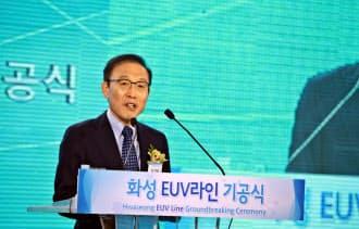 サムスン電子はEUVと呼ぶ技術を使う新棟を23日に起工した(金奇南社長、ソウル郊外)