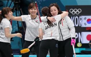 準決勝で韓国に敗れ、健闘をたたえ合う藤沢選手(右)ら日本代表=山本博文撮影