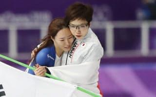 小平選手(右)は滑走後、2位になった李相花選手と抱き合って健闘をたたえ合った