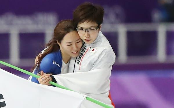小平選手(右)と李選手が抱き合い、互いをたたえ合う姿は感動を呼んだ