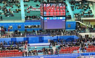 アイスホッケー女子の南北合同チーム「コリア」の初戦にもかかわらず空席が目立つスタンド(10日、江陵)=共同