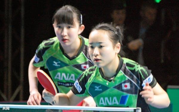 女子準決勝のダブルスで北朝鮮ペアに勝利した伊藤(右)、早田組(24日、ロンドン)=共同