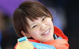 金メダルを手に笑顔を見せる高木菜選手(24日、江陵)=上間孝司撮影