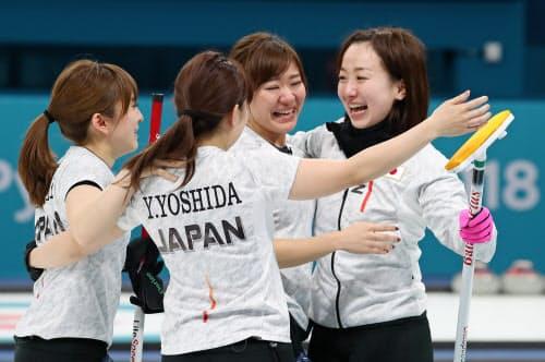 銅メダルを獲得し、抱き合うカーリング女子日本代表の藤沢選手(右端)ら(24日、江陵)=山本博文撮影