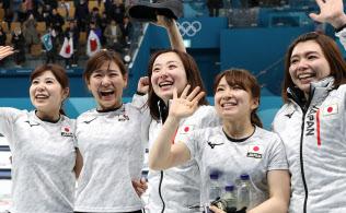 銅メダルを獲得し、声援に応えるカーリング女子日本代表(24日、江陵)=山本博文撮影