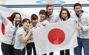 銅メダルを獲得し、声援に応えるカーリング女子日本代表の選手ら=山本博文撮影