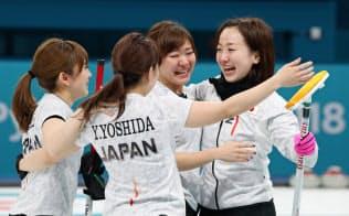 銅メダルを獲得し、抱き合うカーリング女子日本代表=山本博文撮影