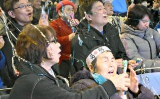 高木菜那選手の金メダル獲得を喜ぶ母の美佐子さん(前列左)と祖母の山口利久さん(同右)ら(24日夜、北海道幕別町)=共同