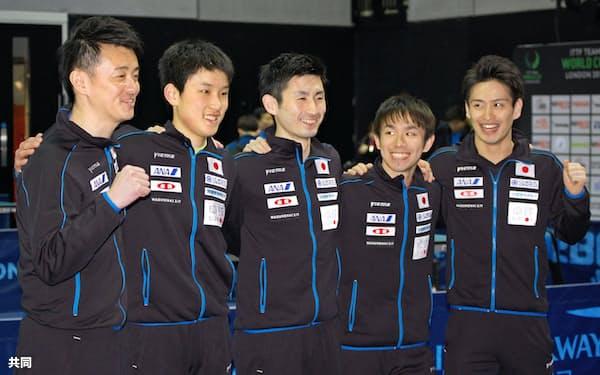 決勝進出を決めた日本の(左から)倉嶋洋介監督、張本智和、上田仁、丹羽孝希、大島祐哉(24日、ロンドン)=共同
