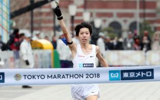 東京マラソン男子で2位でゴールした設楽(25日午前、東京・丸の内)=小幡真帆撮影