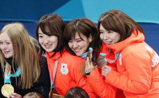 銅メダルを手に笑顔を見せるカーリング女子日本代表=山本博文撮影