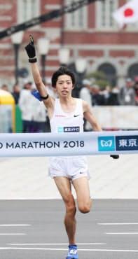 日本新記録でゴールする設楽悠