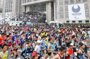 東京マラソンで都庁前をスタートするランナー(25日午前、東京・西新宿)