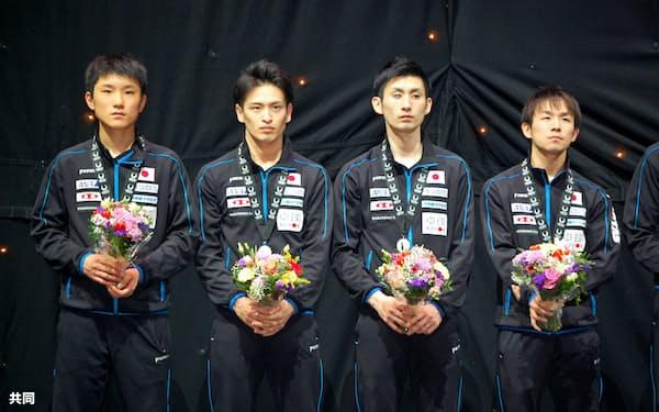 表彰式で銀メダルを受け取った日本男子の(左から)張本智和、大島祐哉、上田仁、丹羽孝希(25日、ロンドン)=共同