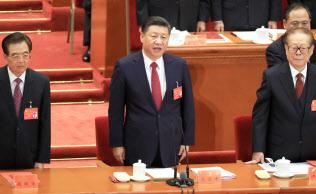 習近平氏(中)は江沢民氏(右)と胡錦濤氏(左)がそれぞれ2期10年で退いた国家主席の任期延長に踏み切る(17年10月の共産党大会)