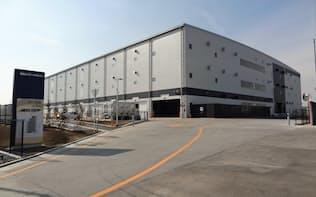 埼玉県蓮田市で完成したオリックスの物流施設。隣接地でもう1棟の建設が始まっている。