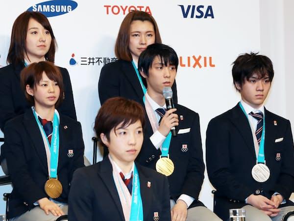 記者会見する羽生結弦選手(中列中央)らメダリスト(26日、東京都港区)