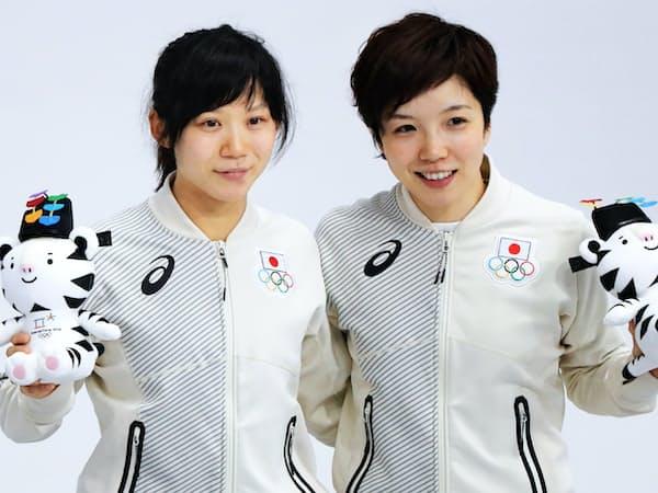 スピードスケート女子1000メートルで銀メダルの小平(右)と銅メダルの高木美帆選手=上間孝司撮影