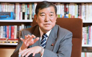 憲法9条改正を巡り、石破氏は2項維持の安倍首相案について「賛成するんじゃないですか」と語った。