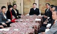 国会内で会談に臨む野党6党の幹事長・書記局長ら(27日午前)