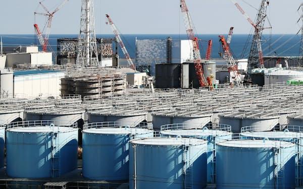 処理水をためるタンクが並ぶ東京電力福島第1原発(2016年10月、福島県大熊町)